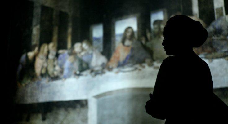 """Siluet pengunjung pameran bertajuk """"Leonardo Opera Omnia"""" di Museum Mandiri, Jakarta, Sabtu (8/2/2020). Pameran lukisan ini, menampilkan 17 reproduksi mahakarya Leonardo da Vinci dengan high-definition dan skala sesuai ukuran aslinya. (Foto-foto : Kuncoro Widyo Rumpoko)"""