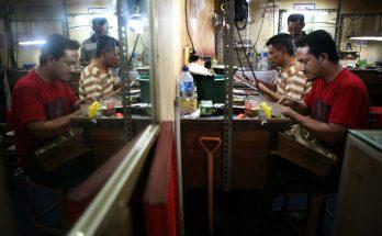Para pekerja tampak sibuk mengerjakan reparasi dan penyepuhan perhiasan emas juga perak agar terus terlihat indah dan cemerlang. (Foto-foto : Kuncoro Widyo Rumpoko).