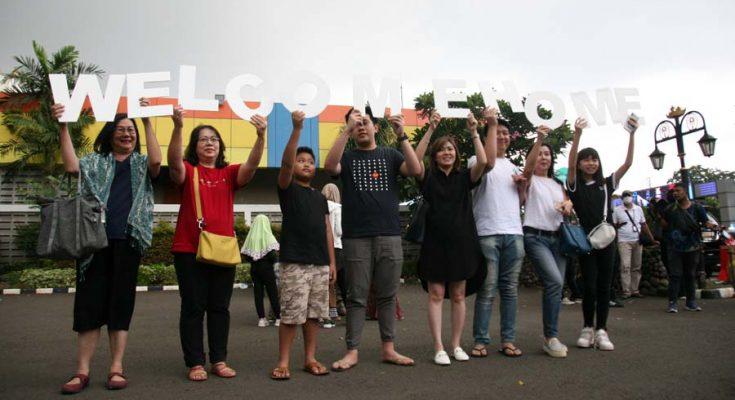 WNI yang telah menjalani observasi Corona di Natuna, Kepulauan Riau tiba di Bandara Halim Perdana Kusuma dan telah dipulangkan ke kampung halamannya masing-masing.